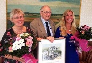 """Årets Rosenbergpris har tilldelas Gigi Sahlstrand och Eva Stenvång Lindqvist  """"för deras gemensamma och framgångrika arbete med att öppna nya vägar och metoder för att sprida kundskap om fåglarna och deras roll i naturen""""."""