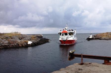 Färjan på väg in i Västerhamn. Utgår från Ankarudden på Torö.