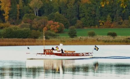 """Denna fina båt har en historia, ligger just nu på boj i """"min"""" vik. www.myalba.se/hem/hem/"""