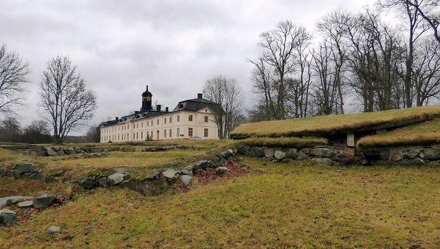 Fågelmatningen ligger SV om slottet, nära vattnet jämte den gamla fästningen. Fotar här från matningen.