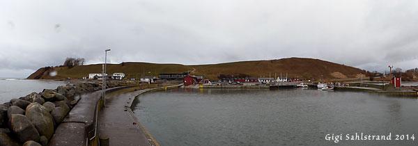 Kåseberga hamn, öster om Ystad. På åsen ligger Ales stenar.