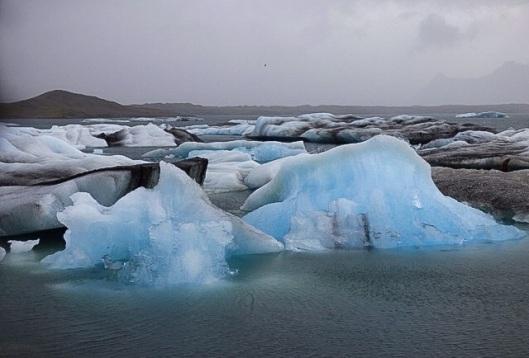 Isblock som lossnar från världens största glaciär Vatnkallör om man räknar bort Arktisk och Antarktisk.