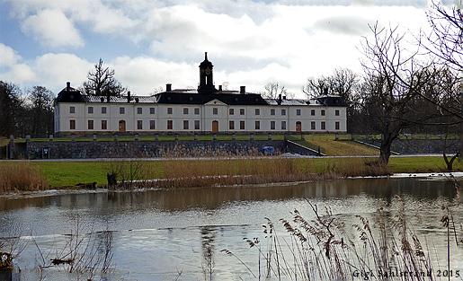 Svartsjö slott  med utmynningen från Svartsjö kanal in till Svartsjöviken i förgrunden.