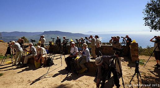 Lunchpaus span på gamklippan och utsikt mot Tarifa i Spanien.